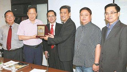 马中经贸总商会总会长拿督黄汉良(左2)颁纪念品予郑水兴。左为郭隆生,右为蔡兆源。