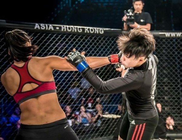 在前年8月于香港的MMA比赛,陈佩彬说自己享受上擂台的感觉, 因为每一次站上擂台,代表她又一次战胜自己的恐惧。