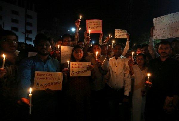 艾哈迈达巴德市的民眾在集会上点燃蜡烛,悼念遇害的女孩,同时要求公义,將强姦犯绳之以法,拯救印度的女性,也拯救她们的国家。