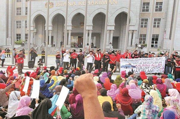 警方在布城司法宫门前拉起黄线,拒绝让马来组织支持者靠近司法宫门口。现场秩序良好,气氛和平。