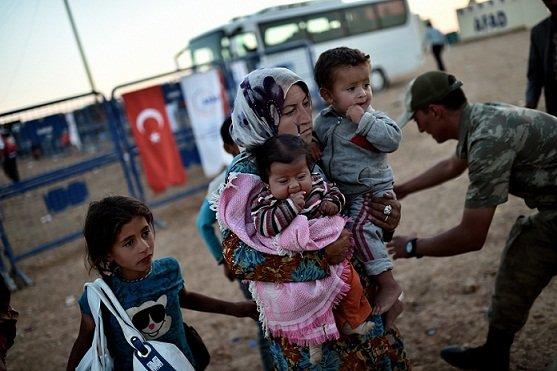 ISIL週日继续强攻敘利亚北部重镇艾因阿拉伯,大批库尔德难民涌向土耳其寻求庇护,避免落到武装分子手上成为俘虏。