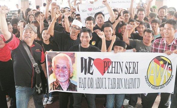 约200名「砂州之子」组织成员聚集在土保党总部前,拉横幅力挺泰益玛目。