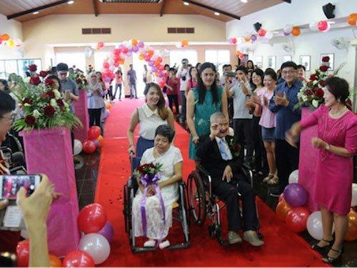 66岁的洪女士和77岁的张先生在安老院通过唱卡拉OK认识后,在去年4月结为夫妇。(照片取自新加坡护联中心面子书专页)