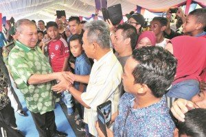 依布拉欣殿下(左)與民眾握手互動,展現親民風範。