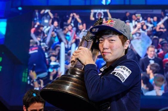 《星海争霸II》韩国职业选手李升炫(游戏ID:Life)曾是赢得全球联赛(GSL)最年轻的选手,前途一片光明,却因收钱打假赛被韩国终身禁赛。