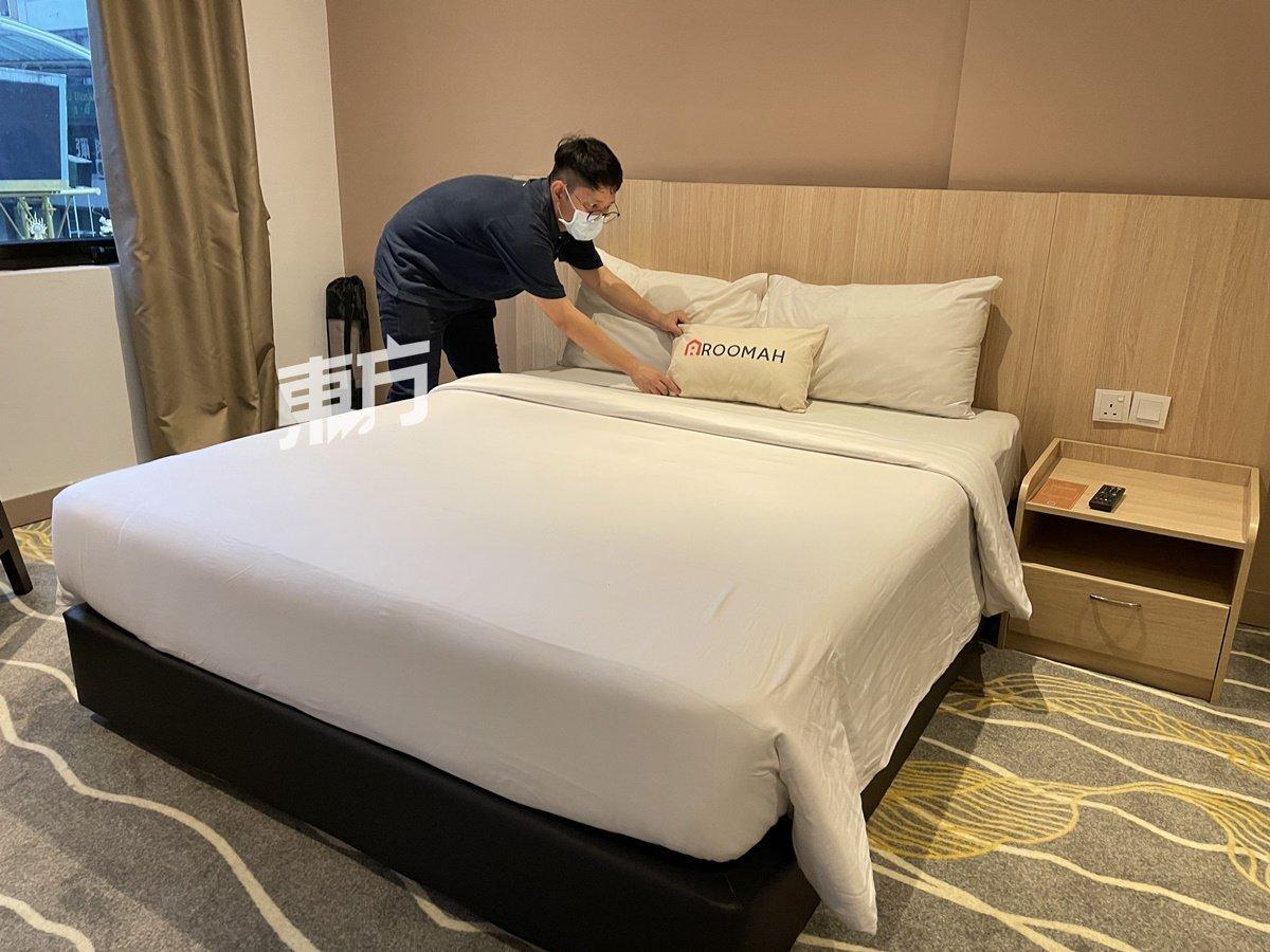 """酒店业是新冠肺炎疫情下的""""重灾区"""",入住率的跌幅高达九成以上,甚至近乎零。本地新创平台ROOMAH协助酒店业转型求存,把酒店房转做中长期公寓,逆境求存。"""