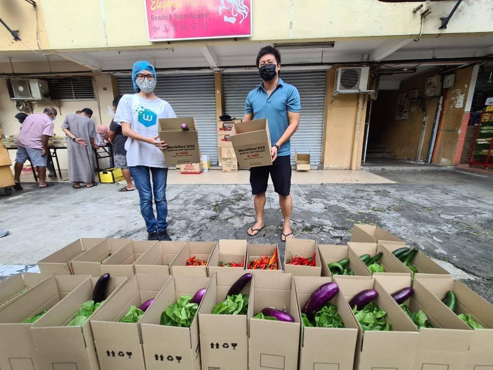 陈美仪(左)协助菜农解决食物问题,将品质良好的蔬菜以实惠价格出售,贴补平台运营费用。