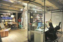 Bluwater設計工作室採用開放式的設計,根據黎兆康所說,在佔地大約2000平方尺的空間裡只有4道門,包括大門和3道廁所門,其他空間則一律採用隔板設計。