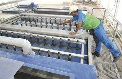 污水處理廠透過沉澱、氧化與多重過濾程序,把污水淨化后再排入河流。