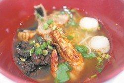 古樓海鮮粉和普通粿條湯最大的分別在于湯頭和食材。