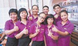 杜凱莉(后排左起)與陳國偉對員工十分照顧,把員工當作家人對待。