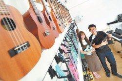 余沛旎(左)和黃德理(右)自創烏克麗麗品牌,銷售馬新兩地。(攝影:楊金森)