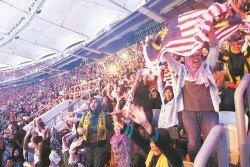 觀賞東運會開幕禮的出席者情緒高昂揮動著國旗,喝彩聲充滿整個武吉加里爾體育館。(攝影:張真甄)
