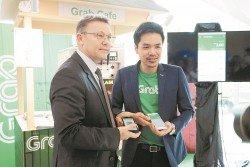 賈森湯姆斯(左)及吳士湘一同出席記者會。