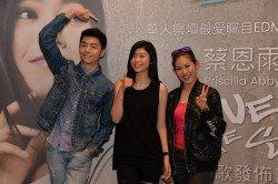 蔡恩雨(中)發行個人首支原創單曲《I Love The Sky》,同門藝人朱浩仁(左)及利念娜到場支持,為她加油打氣。