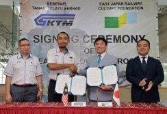 莫哈末希德(左2起)與太田稔在錫米哈山(左起)以及和泉孝?的見證下,完成馬來亞鐵道公司與東日本文化基金會助學計劃簽署儀式。 (摄影:曾鉦勤)