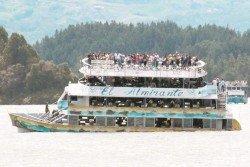 目擊者拍下片段見到,觀光船在水中左右搖擺,並開始下沉,乘客紛紛逃往上層。