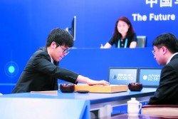 世界第一棋手柯潔(左)週二在浙江省烏鎮與AlphaGo首場對決,第七手用「進三三」下法跌破眾人眼鏡。-路透社-
