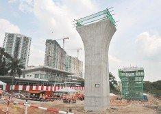 位于瓜雪路旁柏麗瑪白沙羅的工地,豎立了第二捷運工程的第一根高架柱,7月也會正式安裝節段性箱樑。(攝影:邱繼賢)
