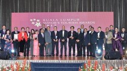 「2017年吉隆坡市長旅遊獎」週二晚在吉隆坡香格里拉酒店圓滿落幕,650名來自吉隆坡旅遊領域的相關機構及業者齊聚一堂,見證獲獎項目。左9起為阿敏諾丁、楊寶康、納茲里、楊肅斌及黃宏炳。