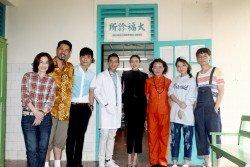 童欣(左起)、林斌驊、郭曉東、陳澤耀、吳天瑜、林奕廷、蔡昕樂和張熙恩之間的逗樂趣事,在主要場景「大福診所」展開。