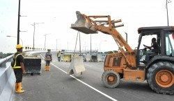 雪州公共工程局出動挖泥機將石墩移走,以便巴生第三大橋能通車。(攝影:邱繼賢)