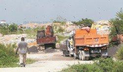 每日都有多輛重型羅里,進入31/119路旁的空地傾倒工業廢料,進而引發灰塵、臭味和安全等問題。(攝影:張真甄)