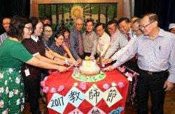 鄭美珍(前排左)、黃慧珠(前排左3)、童星存(前排左6起)、鄭振賢、林俊民等一同切蛋糕歡慶教師節。 -劉維傑-