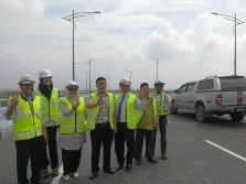 雪州公共賬目委員會主席黃瑞林(右3)偕同一行人巡視巴生第三大橋,滿意整體工程的完成度;左2起為阿妮塔、羅茲雅、黃田志、黃瑞林及阿都拉尼。