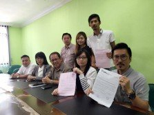 林祐劍(前排左起)、黃友鳳、鄭已勝、巫微微和李偉中一同召開新聞發佈會,敘述遭國能公司切斷電供的經歷。