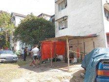 居住在士拉央迪沙峇迪廉價組屋的外勞,在樓下搭棚做生意,每晚開爐煮食,食物殘渣和污水 隨處亂丟,導致當地的衛生環境非常惡劣。