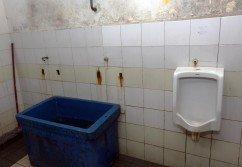 巴生中路大巴剎公共廁所僅剩下一個尿斗,其他2個不翼而 飛,疑遭宵小偷竊。