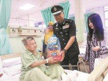 蔡義來(左2)及江寶貞(左3)在檳中央醫院院長諾西達(左)陪同下,探訪及慰問病人。