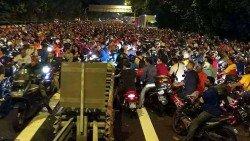 不久前的新加坡關卡系統大故障造成嚴重的交通阻塞,導致大馬客工塞到深夜才得以通關。  (攝影:楊金森)