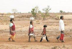 男人只與自己的第一個妻子育有孩子,剩下的妻子則是努力為家里儲水,去爭取自己的地位。有很多男人看到第2位妻子的取水效率越來越低時,便又繼續娶第3位妻子。單身女性或者寡婦,則通過加入一個家庭,在保守的印度農村中重新獲得尊重。