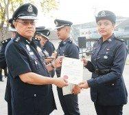 岑振強(左)頒發表揚狀予表現卓越的女警安娜斯。
