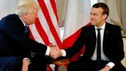 特朗普與法國總統馬克龍握手時,明顯看出雙方都很用力。