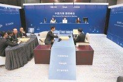 5位中國冠軍級圍棋高手時越、羋昱廷、唐韋星、陳耀燁和周睿羊,對抗AlphaGo。但5人合力仍不敵電腦,最終旗子投降。右為代AlphaGo落子的AlphaGo幕後研發人員之一黃士傑。