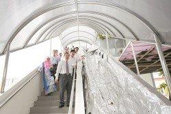 林冠英(右前起)偕同曹觀友及鄭來興巡視光大八爪魚天橋提升工程進展,發展商承諾將在2017年8月杪完成。(攝影:蔡開國)
