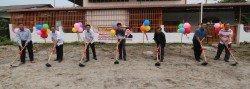 李志亮(左4)為華隆新村8間小型民居主持動土儀式。左起為陳永新、黃高財、胡偉豪、莫哈默希達亞、張國強及戴文安。