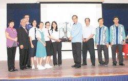 馬漢順(右3起)頒發全場總冠軍予天定國民型華文中學領隊何悅狸,該校在創作比賽中共獲5個特優獎和6個優秀獎。右2為王聲源。