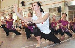 王禮娜教導學員們華族舞蹈的舞步及姿態。