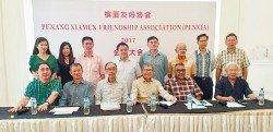 許廷忠(坐者左4)偕同副會長拿督鄭福興(坐者左2起)、秘書長拿督鄧國彬及顧問拿督阿都 拉菲和會員理事們合照。
