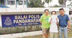 黃祥意(中)在林立選(左起)及李錫穩的陪同下,到班達馬蘭警局投報「解救普通人」。