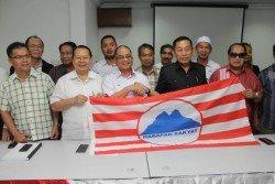 拉津奧京(前排左3)歡迎納閩聞人拿督斯裡龔枰心(右2)加入沙希望黨。