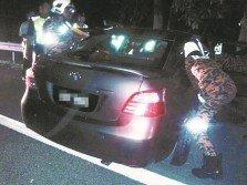 馬頓所駕駛的轎車疑撞及不明物體而失控,复撞上大道分界堤。