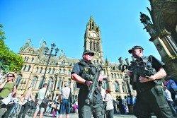 曼徹斯特發生恐怖襲擊後,英國警方加強了各地的保安。在曼徹斯特艾伯特廣場的市政廳前,可見有持槍警員駐守。-法新社-