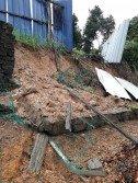 萬茂國小后方遭土崩殃及,以致學校的石牆及籬笆宣告崩塌。