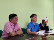 小萍(右)在陳峇峇(左起)及張秀福陪同下召開記者會,訴說受騙經過時,哽咽落淚。