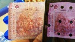 銀行所出示的偽鈔,與小販所收到的偽鈔序號相同。